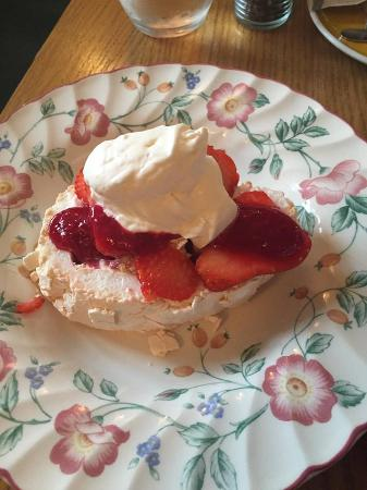 Cheekpoint, Ирландия: Strawberry Meringue with Cream