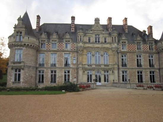 Saint Symphorien le Chateau, Frankrike: Exterior, the restaurant is inside this castle