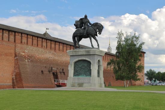 Statue of Dmitriy Donskoi : Statue and kreml wall