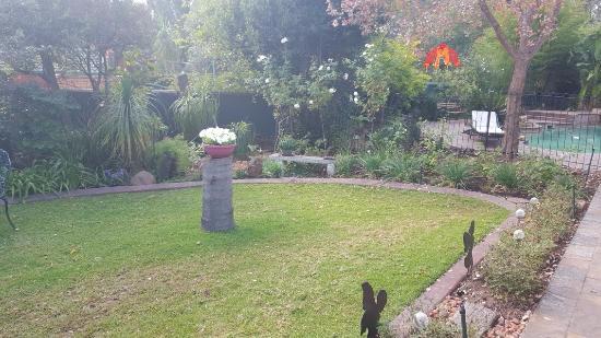 Guest House Oaktree : Serene garden