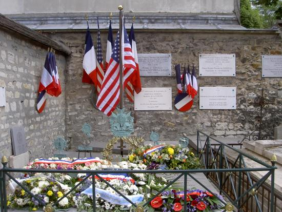 Cimetière de Picpus : Lafayette's grave on July 4th! The flowers are from the French Senate, the Mayor of Paris, and o