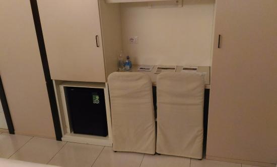 Hotel Palatino: Scrivania, piccolo armadio e frigo.