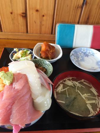 Hamameshi : 初めて行きました! 5色丼を頼みました!! とても美味しかったです(o_0) 最後のほうはご飯が多くてきつかったです(泣)!! でもカツオを甘いタレで煮詰めたフレークが一緒に添えられてたのでネ