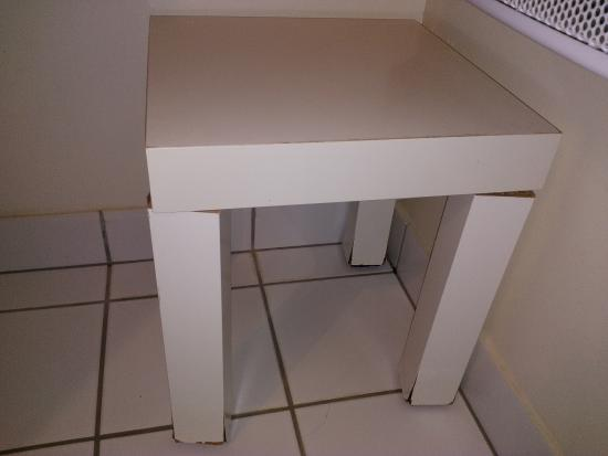 Le Logis Des Pinsons : Mini-table salle de bains