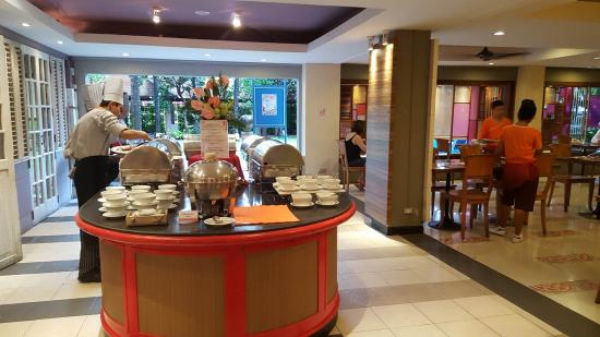 Patong Beach Hotel: another brekkie station