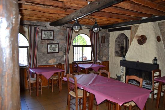 Posada El Parral: Comedor con gran chimenea para el invierno