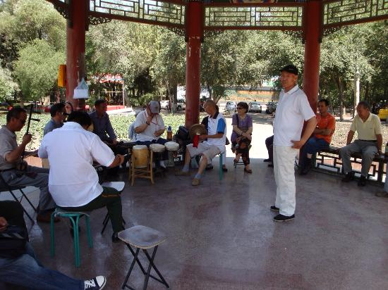 People's Park of Urumqi : Китайские пенсионеры музицируют в парке