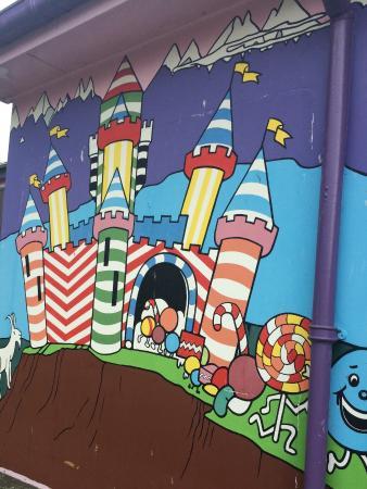 Taupiri, Yeni Zelanda: Cute murals on the outside walls
