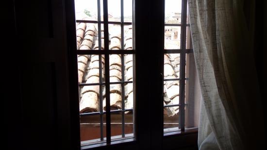 Gea de Albarracin, Spanien: Es de la otra ventana. Las rejas son algo carcelarias.