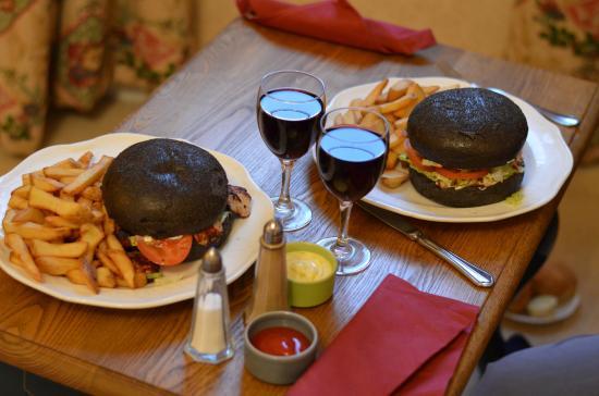 Gressy, France : Diner servi en chambre : 2 black burger (viande et poulet)