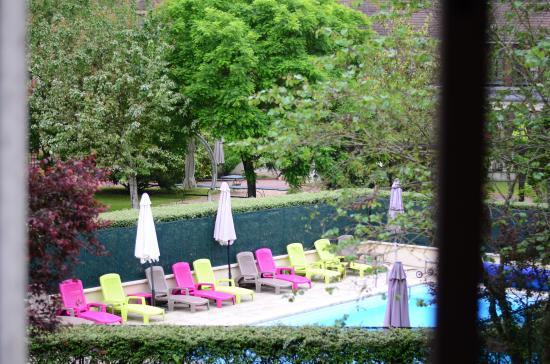 Gressy, France : vu depuis notre chambre sur la piscine extérieur