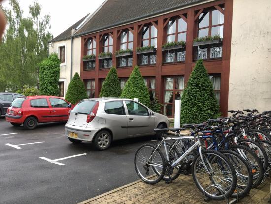 Gressy, France : parking et accès aux vélos