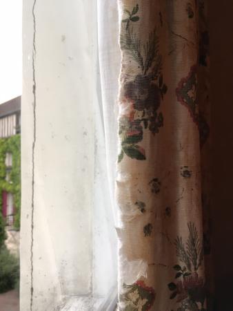 Gressy, Frankrike: rideau en mauvais état de la chambre