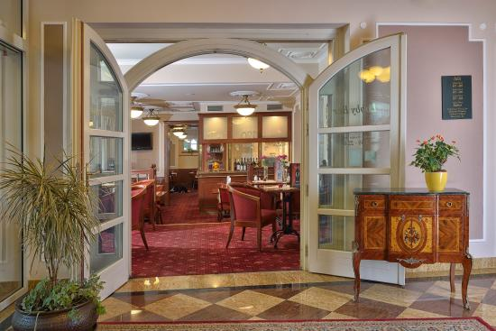 Residence Hotel Romanza: Restaurant entrance