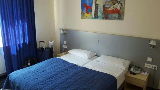 Munchener Hof Hotel: Room 36. Double room with bathroom. Our bathroom was separated into 2 rooms, 1 with shower, the