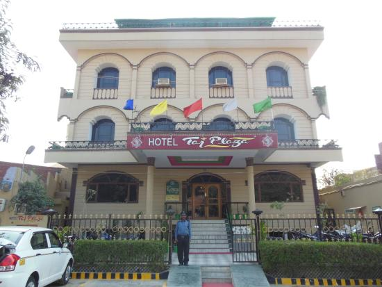Hotel Taj Plaza: Front view of hotel building