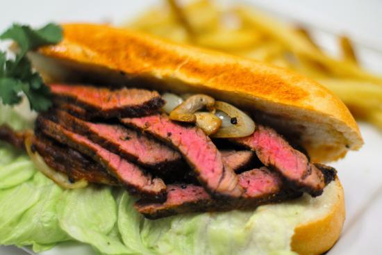 Aurora, Canadá: Coop's Angus Steak Sandwich