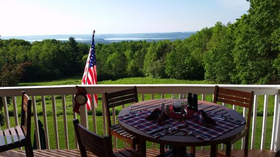 Inn at Wawanissee Point: Outside deck for breakfast and wine & cheese