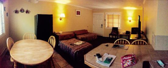 Surf Motel and Gardens : Living room of the Grand suite.