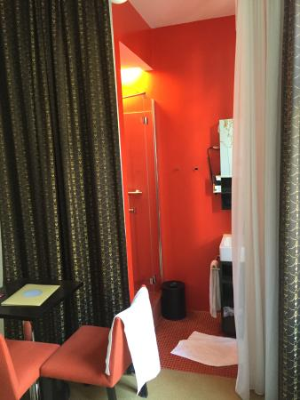 Alma Boutique-Hotel: The shower in the room