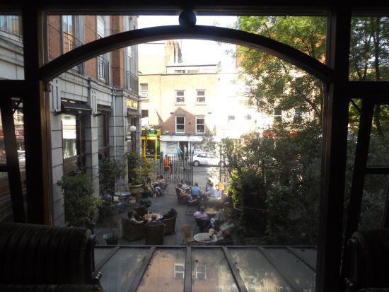 Grafton Capital Hotel: vista dalla sala comune al primo piano