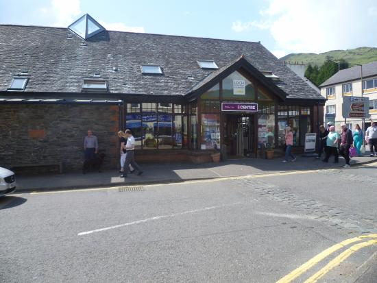 Aberfoyle, UK: Car park at rear and centre on main street.