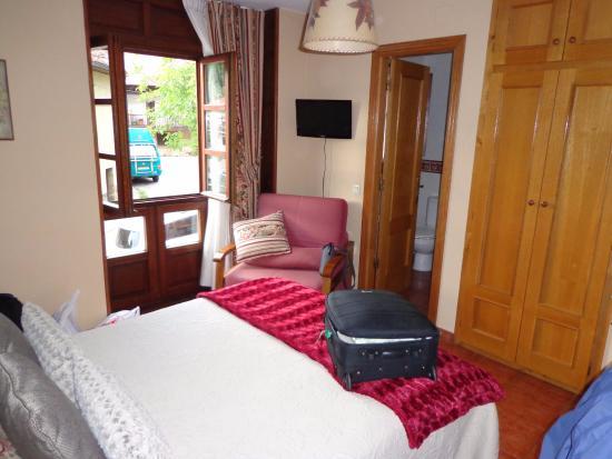 Hotel Mestas: Habitación y baño