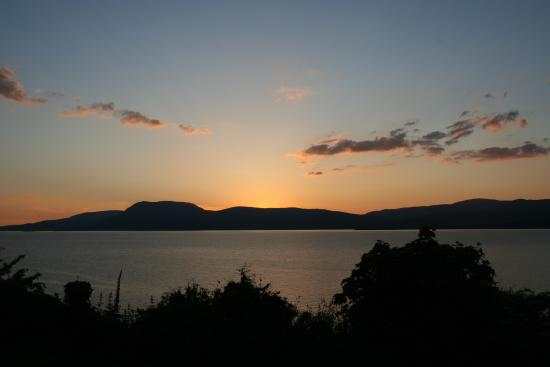 Seamount Farmhouse Bed & Breakfast: sunset from the back garden
