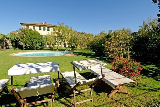 Villa La Chiusa : By the swimming pool