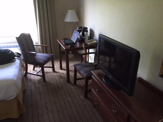 Holiday Inn Express Irondequoit: Desk w/outlets and TV
