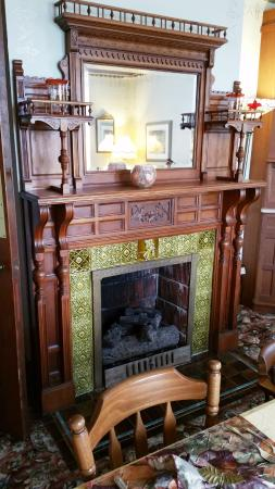 Sutherland House Victorian Bed and Breakfast: Cozy fireplace in dining room