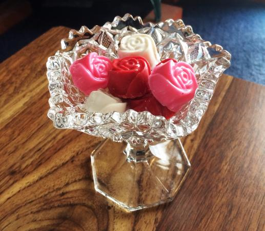 Sutherland House Victorian Bed & Breakfast: Specialty chocolate roses made in house