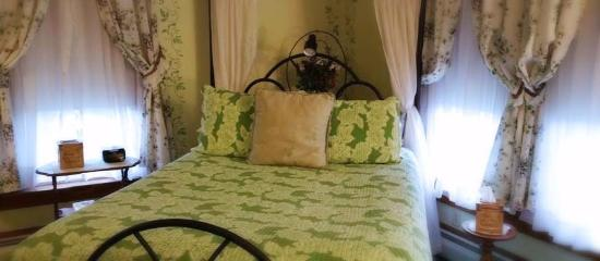 Sutherland House Victorian Bed & Breakfast: Ivy Solace guest room