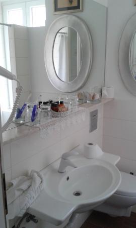 Baño con ducha y lavadora.