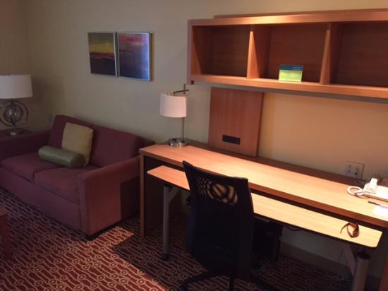 TownePlace Suites Bloomington: super comfortable and large work area, next to sofa