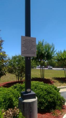 Country Inn & Suites By Carlson, Fairburn: Signs outside hotel warning customers.
