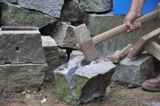 Saint-Michel-de-Montjoie, França: Le dernier coup de masse qui coupe le granit en deux