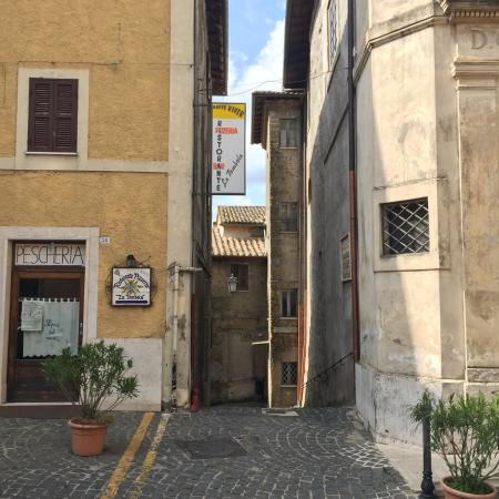 San Vito Romano, Italia: Viento find he restaurant from the Main Street. You should take the stairs..