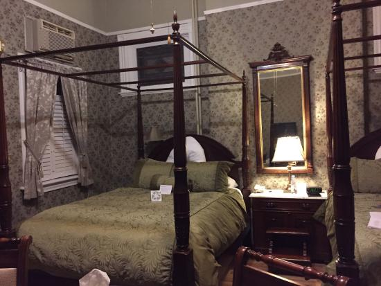 Waverley Inn: Large room with 2 queen size beds and an updated bath.