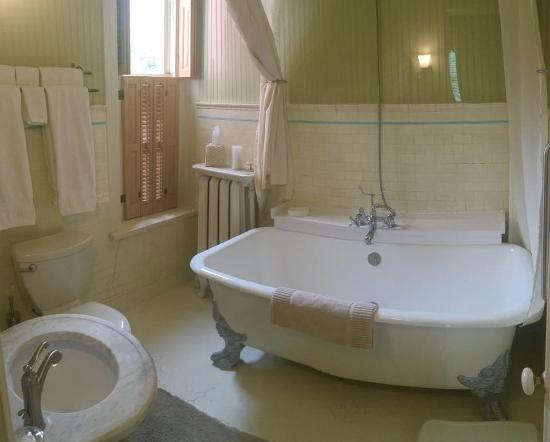 Lovelace Manor Bed and Breakfast: Loved that claw-foot tub!