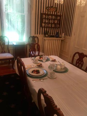 Lovelace Manor Bed and Breakfast: Breakfast fit for kings.