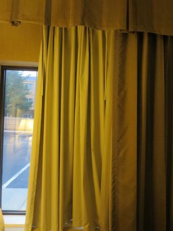 Hampton Inn Port Huron: No sheers, only a blackout curtain