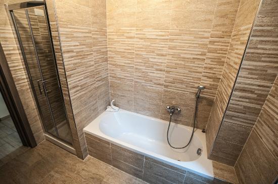 Bagno con doccia e vasca zaffiro foto di la dimora dei sogni al vaticano roma tripadvisor - Vasca bagno con doccia ...