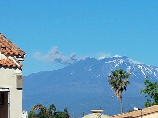 Hellenia Yachting Hotel: View toward Mount Etna from the hotel (Etna erupting)