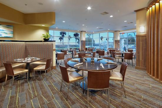 DoubleTree by Hilton Hotel San Francisco Airport North: WhiteCaps Drinks + Eats