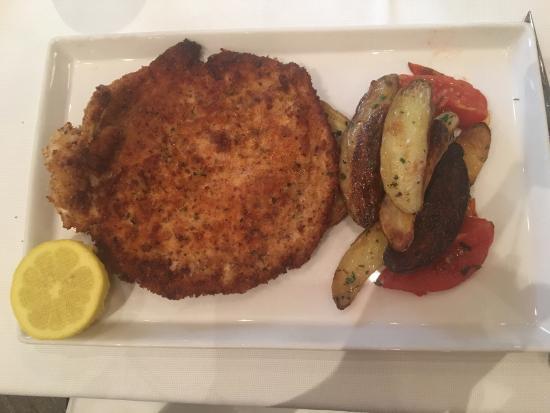 Tosca Restaurant: Frango a milanesa com batatas (troquei o tomate por batatas)