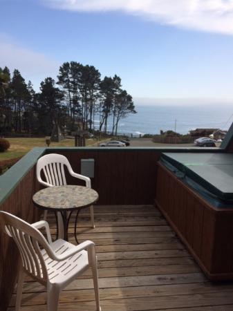 Ocean Cove Lodge Bar & Grill: Private deck and spa