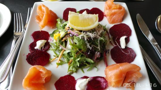Tullycross, Irlanda: Smoked salmon with beets appetizer