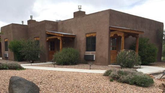 Abiquiu Inn: Newer rooms on the north side of the property.