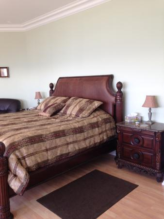 Cliffside B & B: Master bedroom
